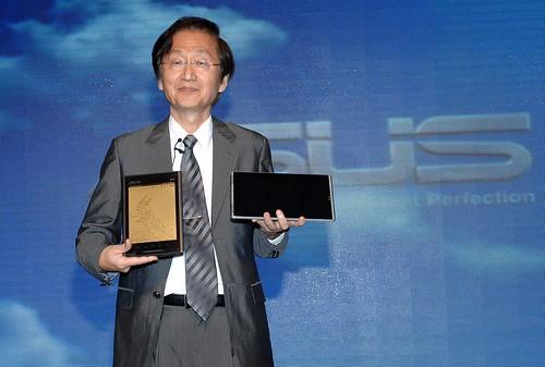 華碩電腦董事長施崇棠展示華碩最新產品 EeeTablet(左)及EeePad(右)