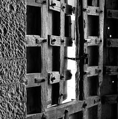 Gate - the old fort, Jaisalmer, Rajasthan. (ndnbrunei) Tags: travel blackandwhite bw india texture 120 6x6 tlr film rollei mediumformat square kodak bn mf jaisalmer rajasthan xenar rolleicord classicblackwhite analoguephotography autaut rolleigallery ndnbrunei tmy2 kodak400tmy2 50yearoldcamera ilovemyrolleicord
