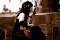 Sensibilidade (Ísis Martins) Tags: music prague mulher prag praha praga tschechien czechrepublic musik música violao 2007 elegance sensibility violonista sensibilidade guitarre allnicethink repúblicatscheca