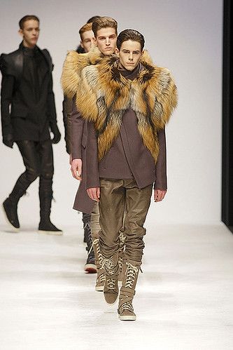 Jeremy Young3213_FW10_London_Todd Lynn(ELLEcom)