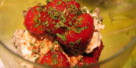Aardbeien koriander dessert