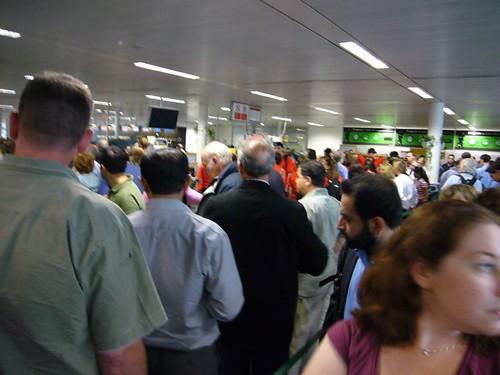 čekání před bezpečnostními rámy na Heathrow