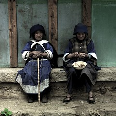 Naxi women sitting on a bench, Yunnan, China (Eric Lafforgue) Tags: china old cooking hat women asia chinese hasselblad explore asie  yunnan kina chin cina chine xina canne  naxi  peoplesrepublicofchina  zhongguo tiongkok  chiny  kna in h3d lafforgue  ericlafforgue  trungquc na   kitajska tsina  wwwericlafforguecom