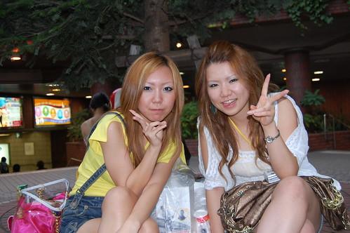 Chicas junto a la estacion