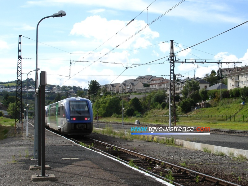 The X73684 and X73695 leaving the Saint-Flour station towards Neussargues on a one-way railroad