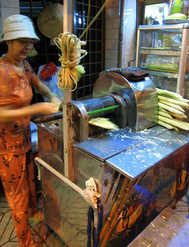Preparing Nuoc Mia Da - fresh sugarcane juice