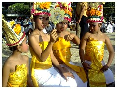 Bali - desa adat Kuta (Franc Le Blanc) Tags: travel girls bali indonesia asia dancers ceremony tradition hindu kuta adat agama upacara aplusphoto francleblanc onlythebestare colourartaward