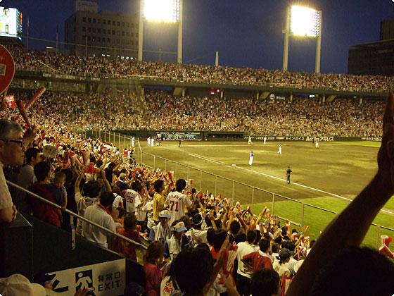 歓声に沸く市民球場