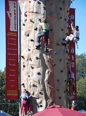 crianças brincando de escalar paredão