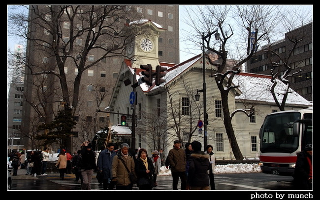 日本北海道札幌的時計台,孤零零的包圍在現代建築中,但是每年吸引數十萬遊客前來,並且在拜訪不同歷史建物的移動線上,商家等著遊客入甕