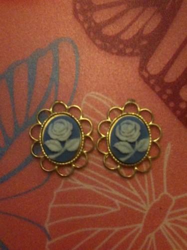 blue/white flower cameo studs £3