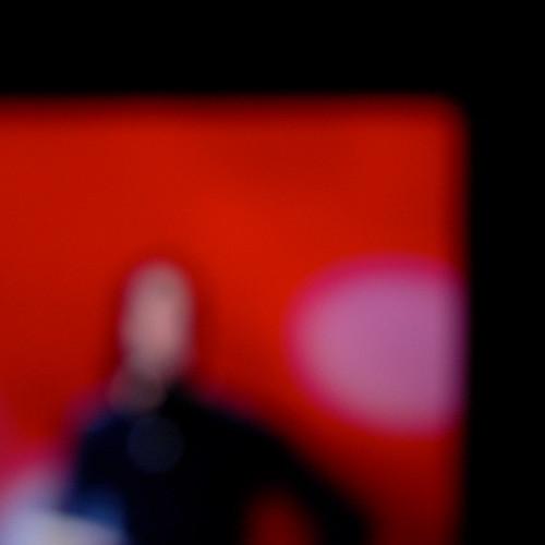 figura sobre ventana roja by eMecHe