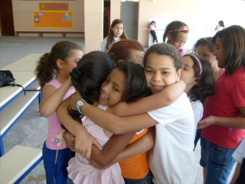 Giovana é cumprimentada por suas amigas.