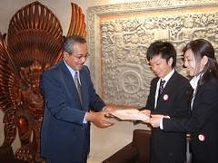 インドネシア大統領のメッセージを受け取る平和大使