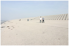 freizeit_menschen 02 (schnell und vergaenglich) Tags: beach netherlands strand asphalt niederlande cam