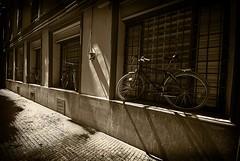 Y ahora, donde aparco yo la bici? (alfonstr) Tags: barcelona old window bike sepia ventana pentax bikes sigma bicicleta finestra cycle bici catalunya kdd 1020 bicicletas antiguo breathtaking antic cycles alfons cascoantiguo bicis cascantic sepioso k10d ltytr1 alfonstr