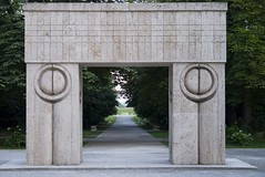 Gate of the Kiss (Adrian_I) Tags: sculpture romania brancusi targujiu nikond80 gateofthekiss zoomnikkor18200mmvr