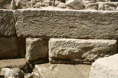 Massif d'ancrage du côté de l'amont : traces de ciselure sur le montant gauche et sur le lit d'attente de la pierre de la seconde assise