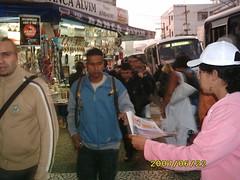 No ponto de distribuição, em frente à estação de metrô.