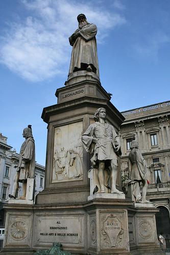 Estatua del más grande inventor de todos los tiempos: Leonardo Da Vinci