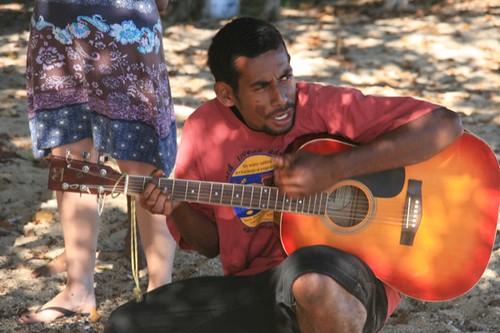 Chitarrista Fijiano canta Isa Lei