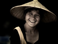 Woman with paddy hat smiling, Yunnan, China (Eric Lafforgue) Tags: china smile hat asia chinese hasselblad asie  yunnan kina chin cina chine xina   peoplesrepublicofchina  zhongguo tiongkok  chiny  kna in h3d lafforgue  ericlafforgue  trungquc na   kitajska tsina  wwwericlafforguecom