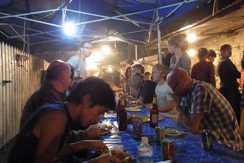 屋台で食らう人々