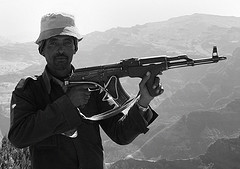 Etiópe con un Ak- 47 (Foto Dave Davies, Flickr)