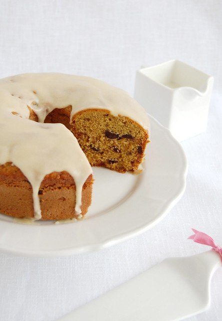 Brown sugar and chocolate chip pound cake with maple glaze / Bolo de açúcar mascavo e gotas de chocolate com cobertura de xarope de bordo