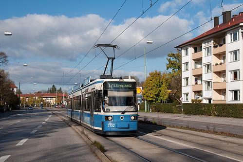 Wagen 2132 erreicht in wenigen Sekunden die Haltestelle »Schloß Nymphenburg«