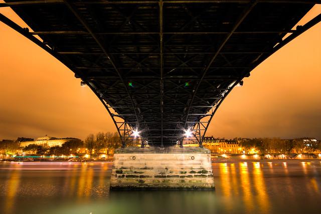Sous le Pont des Arts, Paris par Franck Vervial