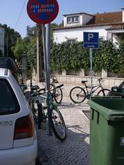 Mais bikes do outro lado da rua, frente à PSP