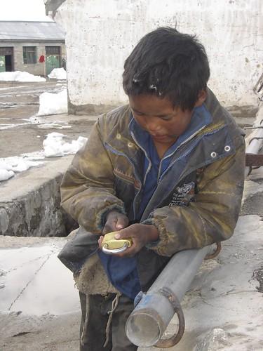 Nyalam encontrando tesoros en la calle