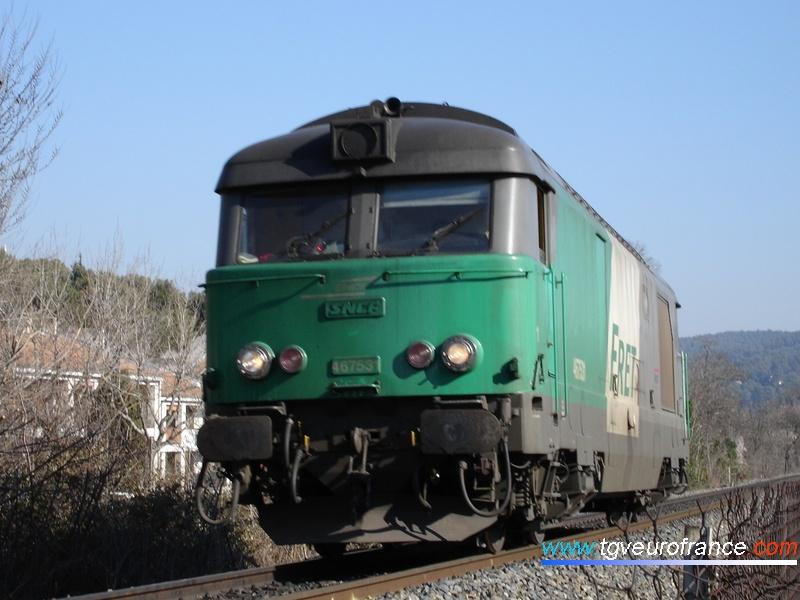 La BB67531 circulant en marche HLP depuis Gardanne approche de la gare d'Aix-en-Provence.