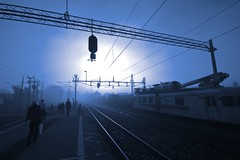 Blue misty morning... (Hkan Dahlstrm) Tags: railroad morning blue mist station fog azul train skne blauw experimental leute gente sweden blu creative tracks commons fav20 bleu persone cc commuting sverige blau fav30 commuters gens mensen bl skane fav10 fav40 teckomatorp