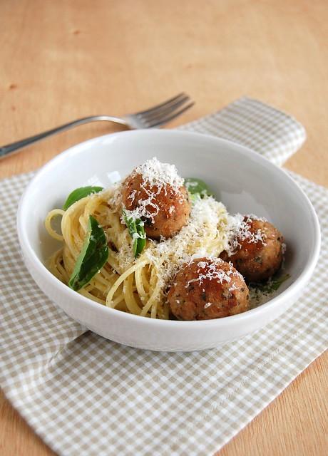 """Pesto pasta and tuna """"meatballs"""" / Espaguete ao pesto com almôndegas de atum"""
