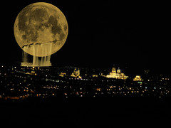Que la luna haga su ciudad / That the moon does her city (Jorge Cristeto) Tags: city moon art yellow amazing nice spain sand luna nocturna moonlight salamanca goodshot bestphoto piedradesalamanca piedravillamayor salamancanocturna nochebonita lunaherida