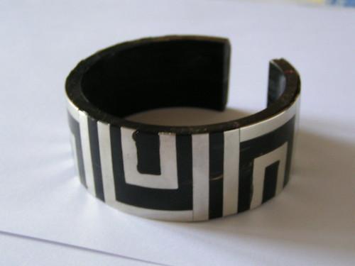 Armband i svart/silver.