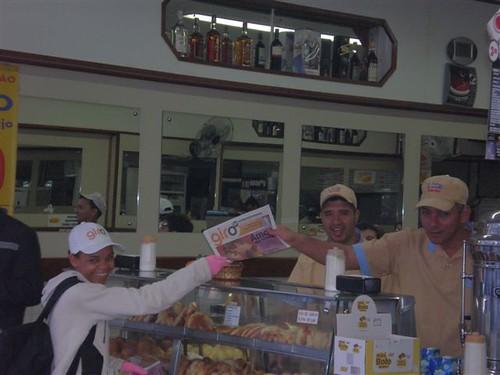 Promotora entrega jornal também nos estabelecimentos comerciais da Av. Paulista