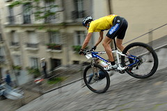 (Hughes Lglise-Bataille) Tags: paris france color sports topf25 bike bicycle stairs topf50 nikon hexagonal photojournalism montmartre downhill d200 panning vtt vlo 2007 descente