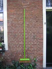 escombra (Laure) Tags: 15fav favorite haarlem favourite favorita broom hof balai escoba besen hofje escombra