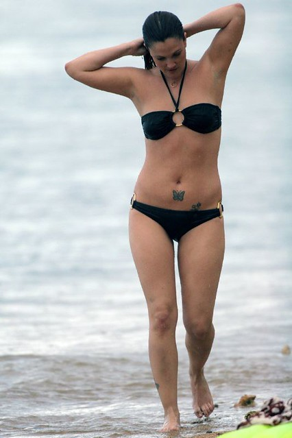 Drew Barrymore in black bikini on a Hawaii beach, 2007