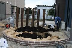花壇にバーク堆肥を混ぜる