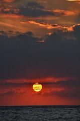 Atardecer desde el malecón (RominikaH) Tags: sun sol sunshine atardecer la mar florida cuba sunny malecon habana havanna estrecho oceano caribe d90 rominikah