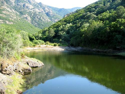 Dans la descente du Tra Mare e Monti vers Galeria : lac et barrage du Tavulaghju
