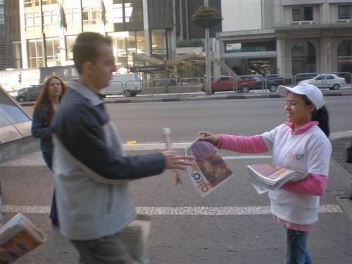 Nossa promotora entregando o jornal perto da estação Consolação
