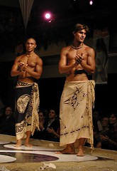 Moda Playera - En pareos (*FabPhoto) Tags: sexy men beach fashion models moda desfile runway hombres showbusiness beachwear swinsuit pareos