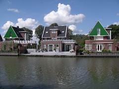 Edam - case lungo il fiume (a.turchetto) Tags: amsterdam zeppelin alberto bici lucia alessandro