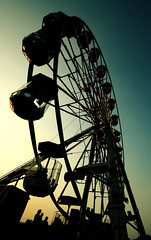 Big Wheel - Isle of Wight Festival 2007 (s0ulsurfing) Tags: carnival light sunset fab sky people beautiful wheel silhouette festival wow wonderful fun island evening big cool interesting moody colours shadows ride dusk awesome acid perspective festivals silhouettes fair ferris ps isleofwight gradient ferriswheel bigwheel tones funfair isle wight 2007 iowfestival s0ulsurfing abigfave bonzag superaplus aplusphoto festivaleye welcomeuk