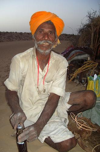 foto de homem na india abrindo uma pepsi How did he know... by tripowski.